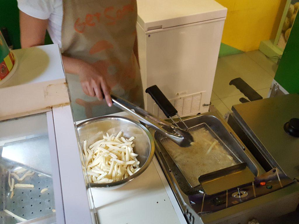 ポテトコーナー調理の様子